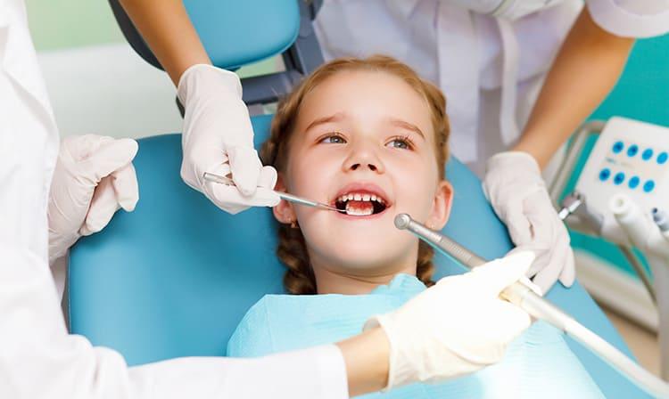 Пломбування молочних зубів (кольорові пломби)